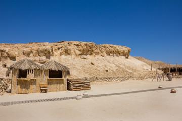 eine Holzhütte mit einem Dach auch Palmebblälltern