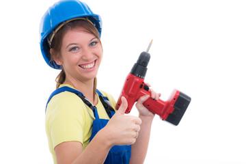 motivierte heimwerkerin mit akkuschrauber