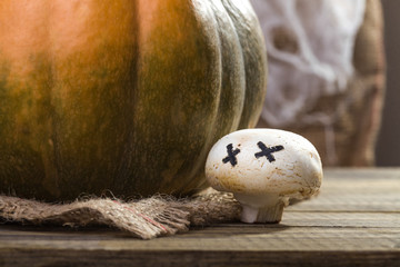 Halloween pumpkin with ghost champignon