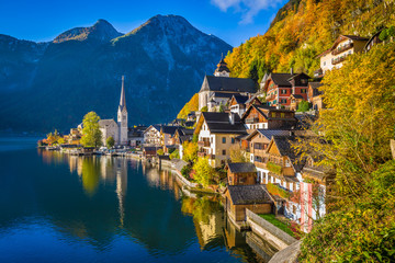Fototapete - Hallstatt mountain village in fall, Salzkammergut, Austria