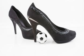 Schwarze High Heels mit Fußball