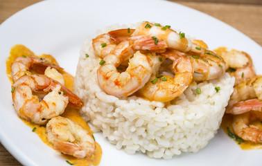 Langostinos al curry con arroz blanco