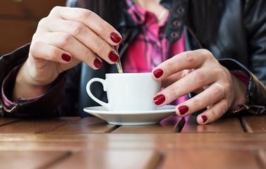 Manos de mujer con taza de cafe