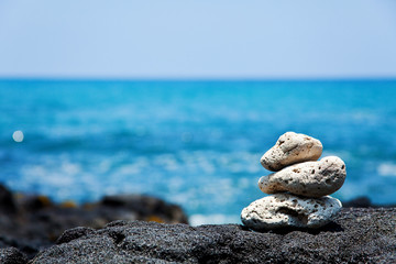 Obraz White coral Zen rocks on Hawaiian coast - fototapety do salonu