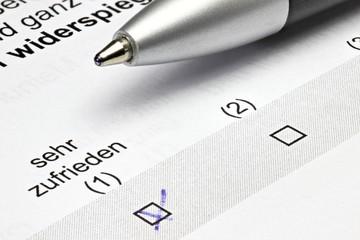 Fragebogen mit Kreuz bei 'sehr zufrieden'
