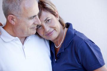 Tenera coppia di anziani si stringe in  dolce un abbraccio