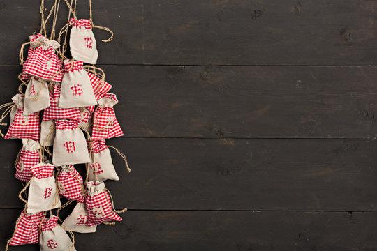 Adventskalender mit hölzernem Hintergrund - Weihnachten