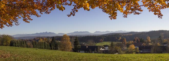 Bairisches Voralpenland - herbstliche Landschaft mit Alpenblick.