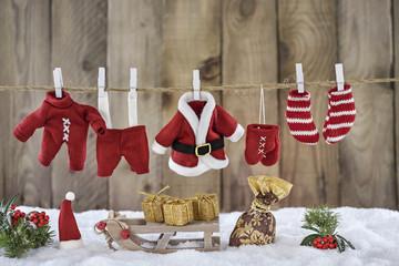 Verschneiter weihnachtlicher Hintergrund mit Nikolauskleidung auf der Wäscheleine
