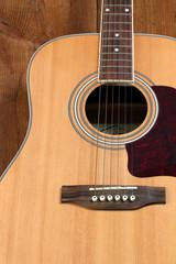 klassische Gitarre auf altem Holzboden