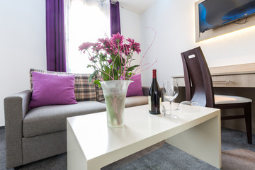 Sitzecke mit Dekoration und Willkommens-Weinflasche