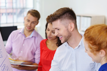 mitarbeiter in einer schulung im büro