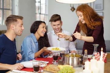 gruppe junger leute isst zusammen in der wohnung