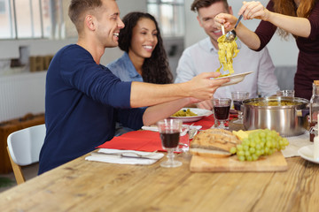 freunde essen nudeln zusammen und haben spaß