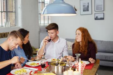 freunde essen zusammen und unterhalten sich