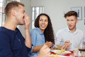 freunde essen zusammen und lachen