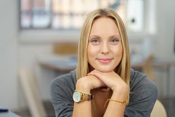 portrait einer lächelnden jungen frau im büro