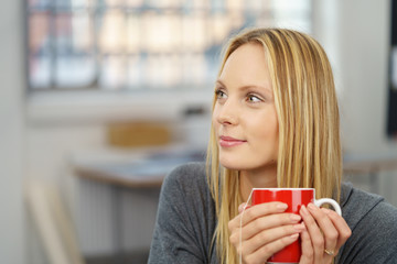 frau entspannt mit einer tasse tee