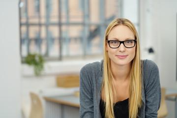 selbstbewusste junge frau mit brille