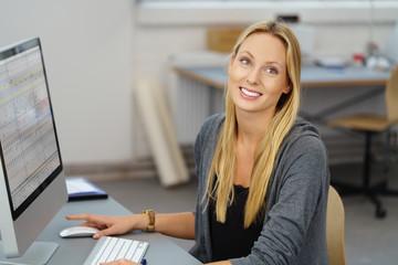 lächelnde junge geschäftsfrau arbeitet am computer