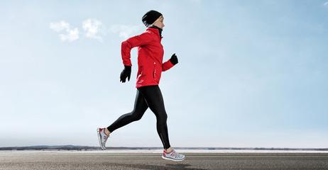 Läuferin läuft durch winterlandschaft