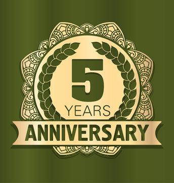 Vintage anniversary 5 years round emblem. Retro styled vector de