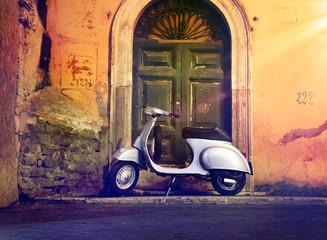 Fotorolgordijn Scooter Motorroller Roller nachts vor Haustür Italien – Italian Scooter in a front of a door