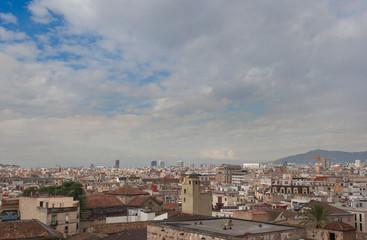 Вид на Барселону с крыши Кафедрального собора Святого Креста и Святой Евлалии. Барселона, Каталония, Испания.