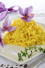 risotto con zafferano decorato con fiori di crocus sativus
