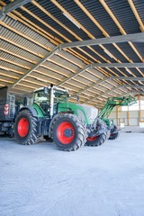 Fototapete - Landmaschinenhalle mit landwirtschaftlichen Maschinen
