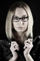 blonde Schönheit mit Brille