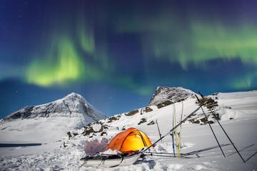 Zelt unter Nordlichtern in Lappland zur Winterzeit