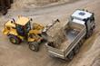Radlader belädt Lkw mit Sand