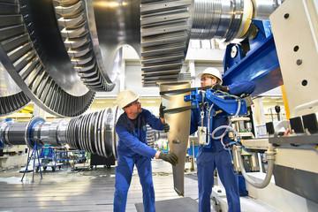 Techniker im Maschinenbau montieren eine Gasturbine  für die Energiewirtschaft // Technician in mechanical engineering assemble a gas turbine for the power industry