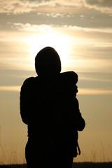 Silhouette einer Mutter mit Baby