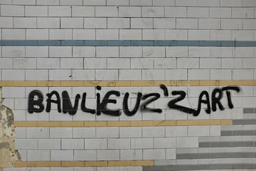 banlieusard. Graffiti sur mur de céramique.