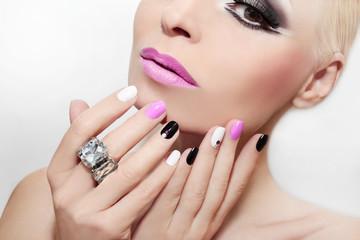 Маникюр и макияж с розовым цветом и стразами.