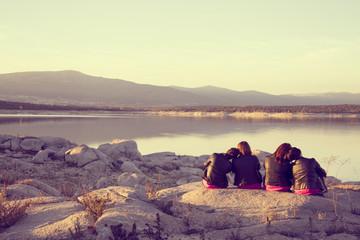cuatro amigas para siempre en paisaje amistad
