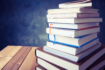 読書 たくさんの本が積み重なっている様子
