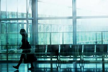 女性 旅 空港 イメージ ビル