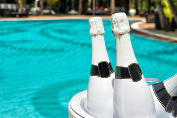 Champagner am Pool