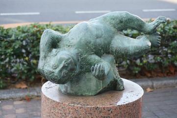 桃太郎の猿の像