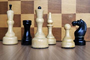 Шахматы на фоне шахматной доски