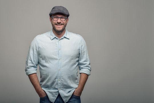 Freundlicher attraktiver Mann mit Brille