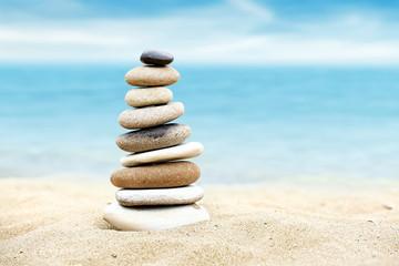 Photo sur Plexiglas Zen pierres a sable Tower of stones on sea beach background