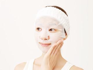フェイスマスクする女性