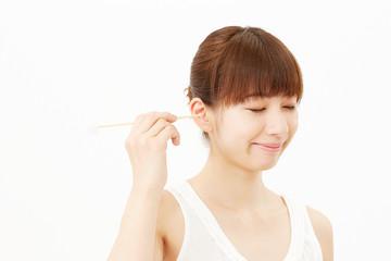 耳掻きする女性