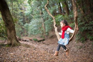 森で遊ぶ女の子
