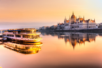 Photo sur Toile Budapest Budapest parliament at sunrise, Hungary