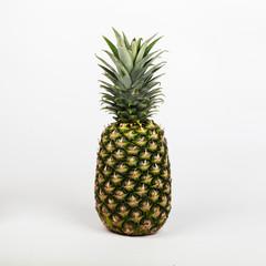 Ananas auf weißem Hinterrund im Studio